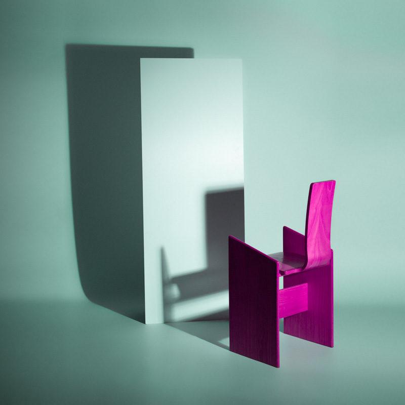 Una sedia viola